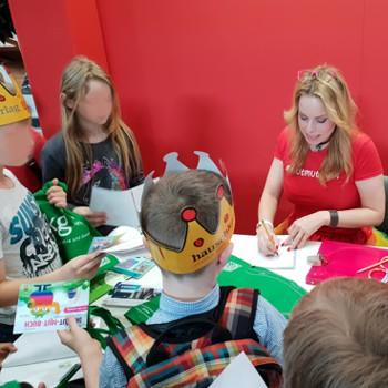 Unsere Kinderbuchautorin Sylke Burger bei der Autogrammstunde nach der Präsentation